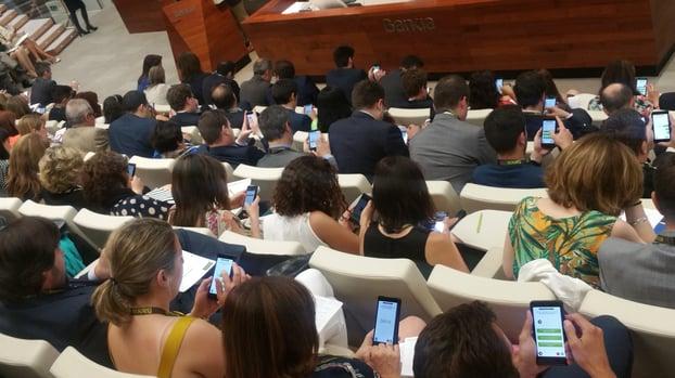 Participantes en una reunión de ventas jugando con la app Atrivity